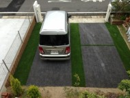 駐車場に人工芝